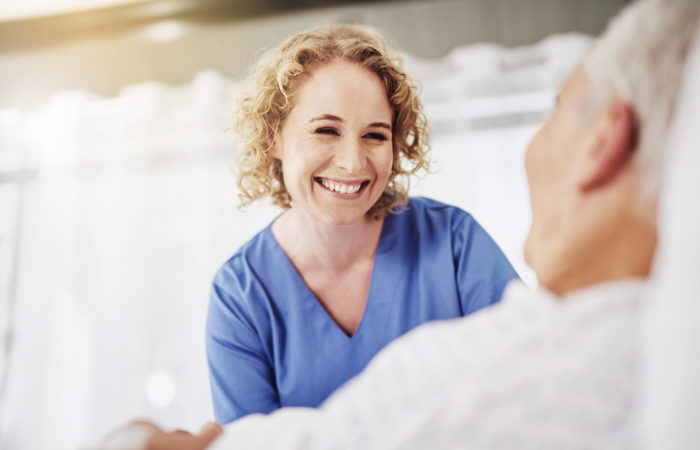 Gesundheitspflegerin kümmert sich um eine ältere Patientin