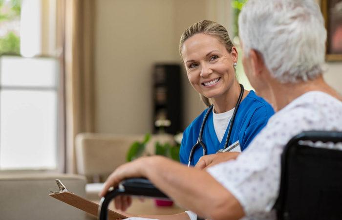 Stationsleitung im Gespräch mit Patientin